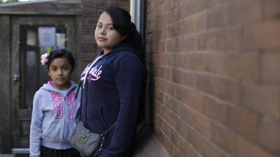 Dos niñas inmigrantes salvadoreñas que comienzan su vida en EEUU.