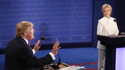 Mientras la candidata recordaba este episodio, Donald Trump la interrump...