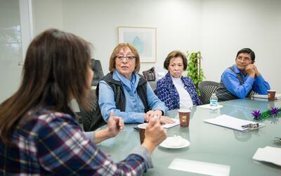 Tania Yanes, 51, (izquierda) asiste a un grupo de apoyo de cuidadores en...