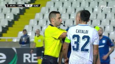 Tarjeta amarilla. El árbitro amonesta a Sasa Markovic de Apollon Limassol