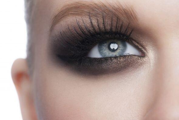 El toque final: negro ¡sin miedo! Enfatiza la esquina externa del ojo co...