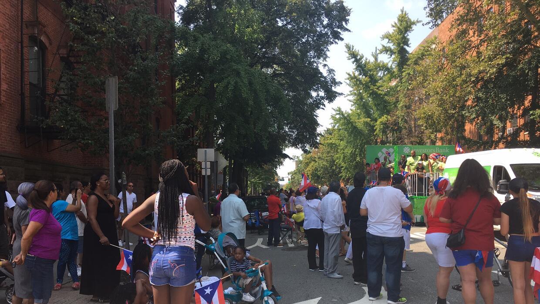 Entre la comunidad que se apostó a ambos extremos de la calle Mon...