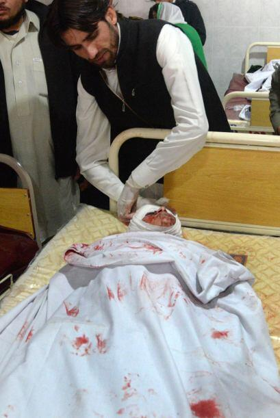 Un médico se prepara para mover el cuerpo de uno de los estudiantes que...