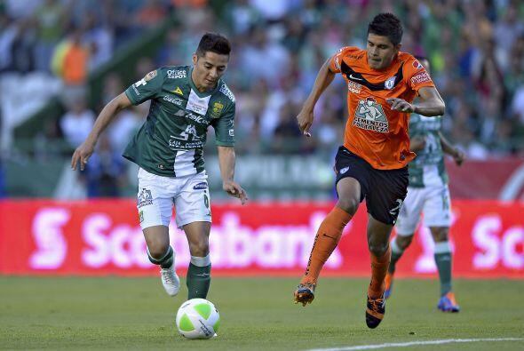Miguel Herrera (8).- El jugador que mejor trabajo hizo en la línea defen...