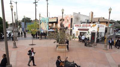 Un mariachi toca su intrumento en Mariachi Plaza en Boyle Heights. La ge...