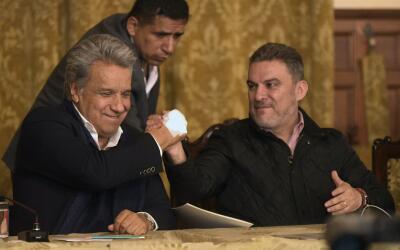 IEl presidente ecuatoriano Lenin Moreno (I) y José Serrano (D), p...