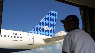 Un pasajero observa el despegue de un avión de la línea Jet Blue