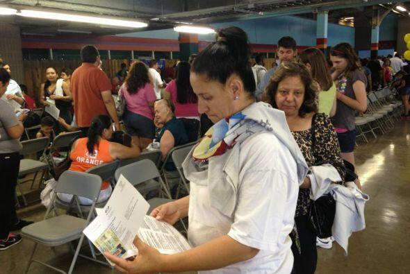 Los donantes llenaban pacientemente los formularios para donar sangre.