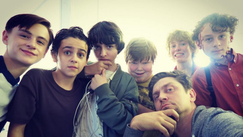 Muschietti con su joven elenco, que protagonizó la película de terror má...