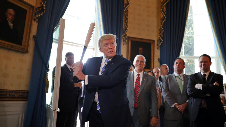 El presidente Trump con un bate de beisbol durante un evento sobre produ...