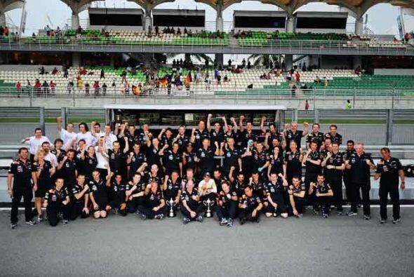 La foto con el equipo completo en la pista de Malasia.