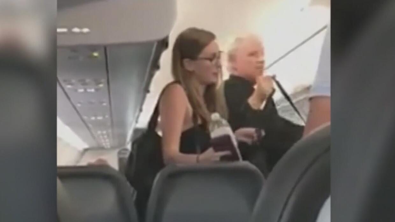 Padre e hija fueron obligados a abandonar avión de Frontier por tener un...