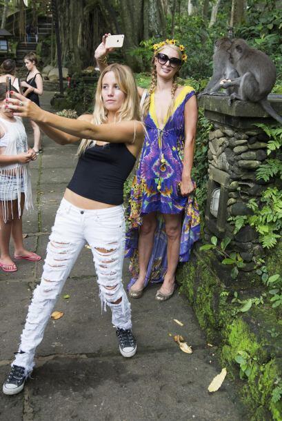 Hasta sus amigas aprovecharon para sacarse selfie de la selfie.