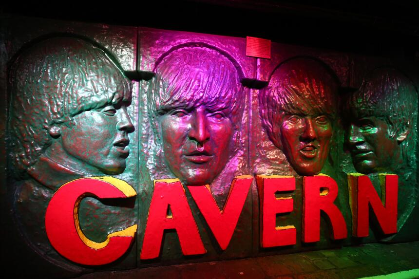 Los rostros de los Beatles están impregnados en las paredes del club The...