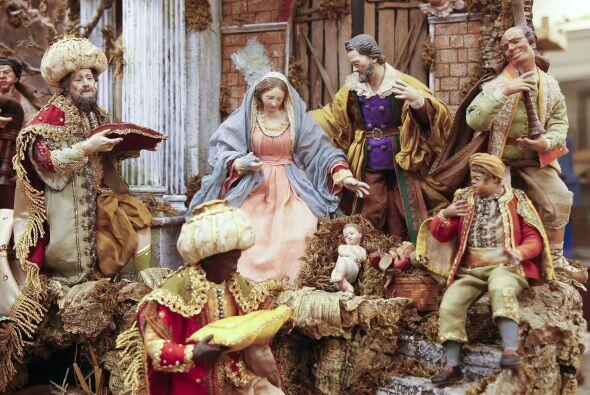 En el centro del nacimiento, justo detrás del niño Jesús, se encuentra e...