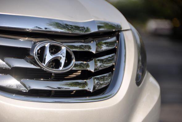 La parrila delantera coronada con el emblema de la Hyundai es el vivo ej...
