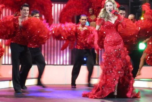 Aracely derrocha sensualidad en el escenario.