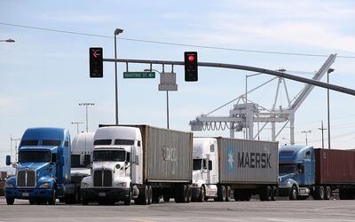Camiones salen del Puerto de Oakland, en California, uno de los principa...
