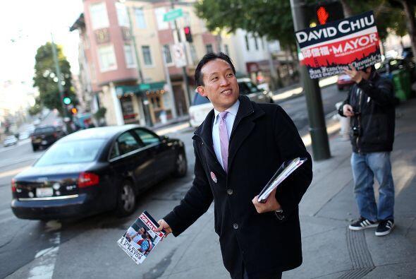 El supervisor de San Francisco, David Chiu, comenzó la jornada repartien...