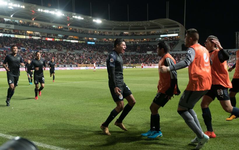 De la mano de Ronaldo Cisneros, las Chivas rompieron la mala racha y se...