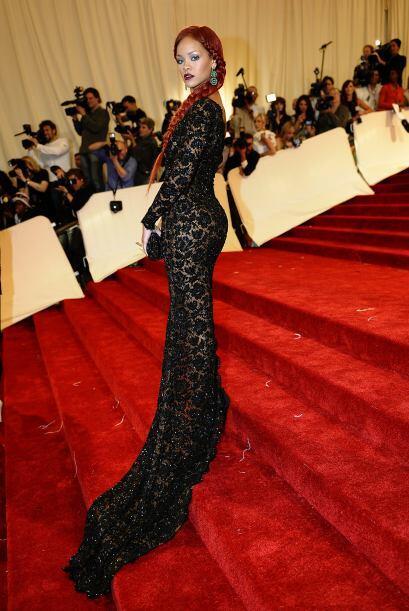 Con el cebello más largo y súper sensual llegó a la gala anual del MET...