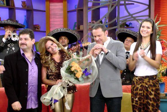 La cantante fue sorprendida por su novio quien llegó con flores y...