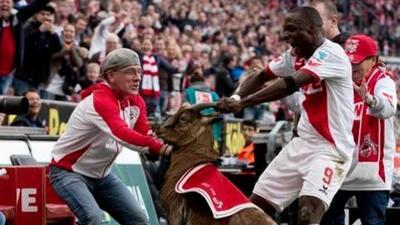 El nigeriano festejó eufóricamente con el animal.