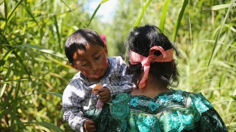 Una familia indígena entra a México desde Guatemala tras haber cruzado e...