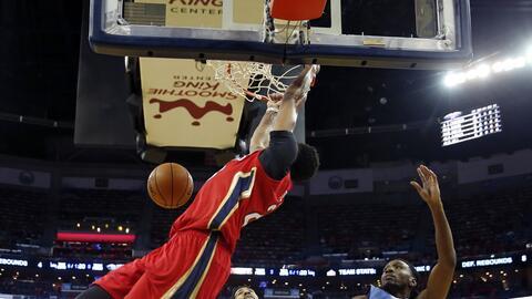 Anthony Davis, alero de los Pelicans de Nueva Orleáns, realiza un...