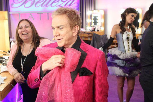 Solo a él se le ocurre combinar con ropa con ese enorme moño rosa.