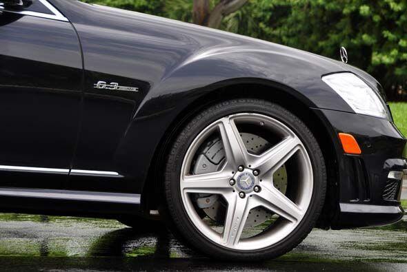 El S63 AMG viene con rines de 19 pulgadas con acabado en color gris tita...