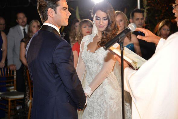El padre les dio la bendición al señor y la señora Menéndez.
