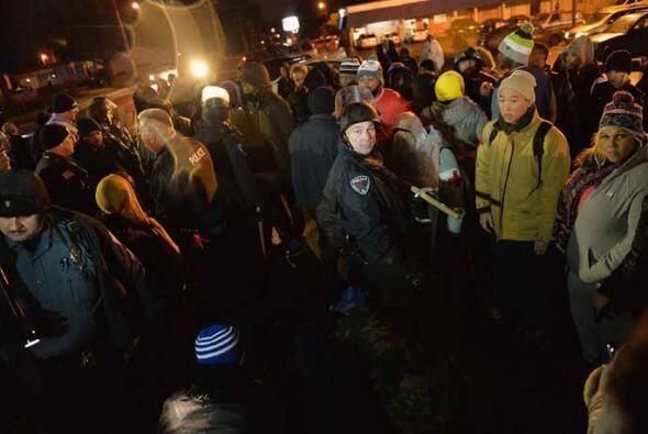 Docenas de manifestantes celebraron una vigilia en la gasolinera de este...
