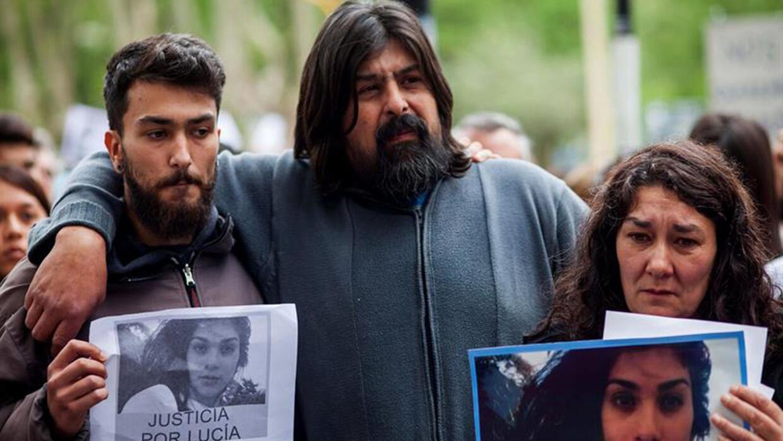 Los padres de Lucía Pérez, Guillermo Pérez (centro) y Marta Montero (der...