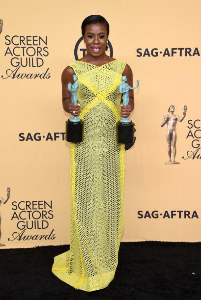 ¡Doble ganadora! La orgullosa Uzo Aduba de 'Orange is the New Black'.