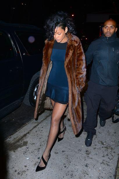 Rihanna con un vestidito muy sexy en Manhattan pero eso sí, cubierta par...