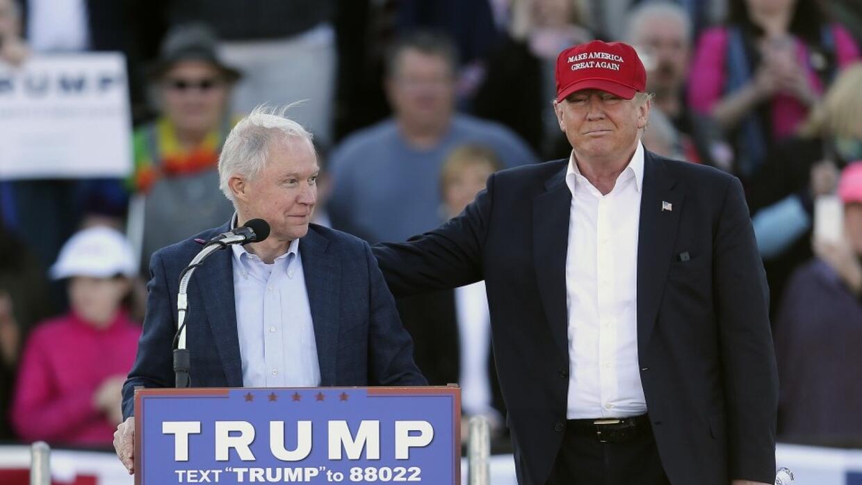 Jeff Sessions (i), junto a Donald Trump.