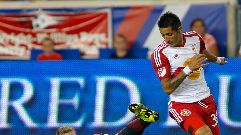 Gonzalo Verón luchando una pelota ante Toronto FC