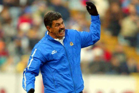 En su etapa como entrenador del Guadalajara el entrenador fue herido por...