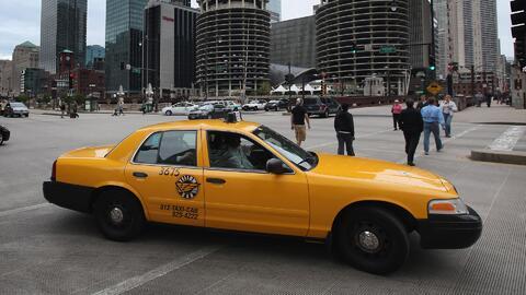 Vea por qué aseguran que la industria de los taxis en Chicago está dando...