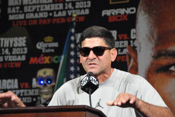 El show se lo robó Angel García, padre y entrenador de Danny García. Des...