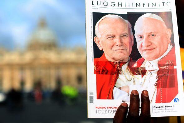 Miles de fieles se congregaron el domingo 27 de abril en el Vaticano par...