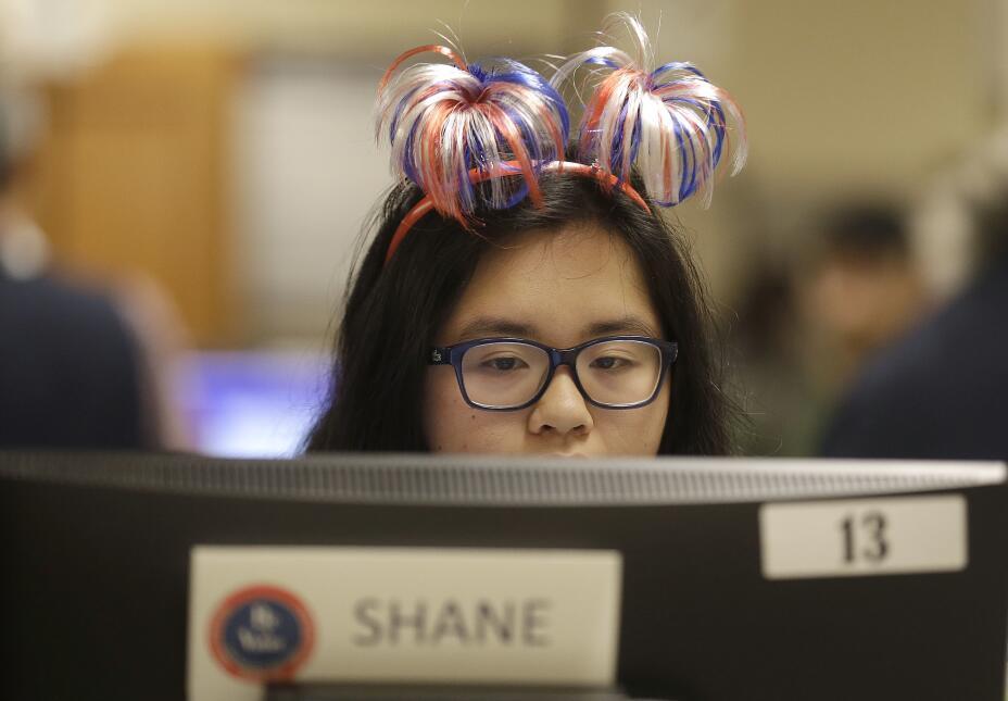 Trabajadora de centro electoral en el ayuntamiento de San Francisco.