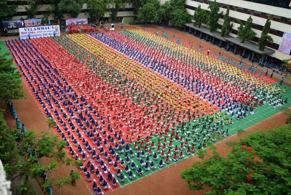 Niños en la India se preparan para el primer Día Internacional del Yoga.