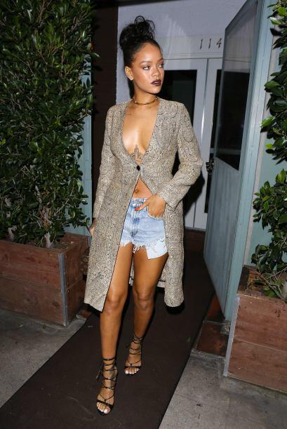 A Rihanna se le paso un poco el escote y su outfit que eligió no...