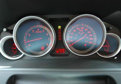 Su iluminación roja y azul nos hace sentir en un auto deportivo por un i...