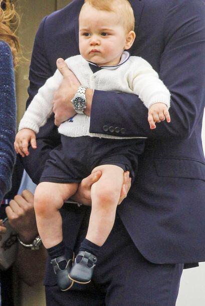 Durante su partida, los duques de Cambridge cargaron al príncipe,...
