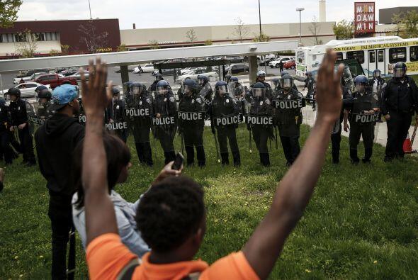 """Los manifestantes portaban carteles en los que se pedía """"Cerrar la ciuda..."""
