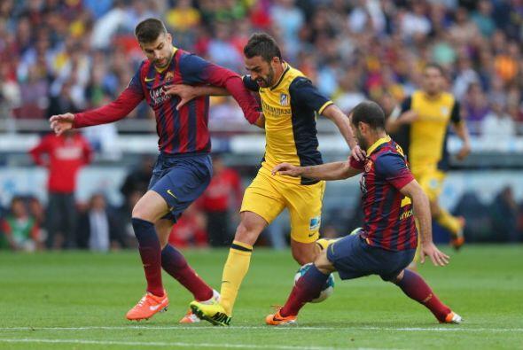 El Barcelona defendía con mucha gente y cortaba bien los ataques de los...