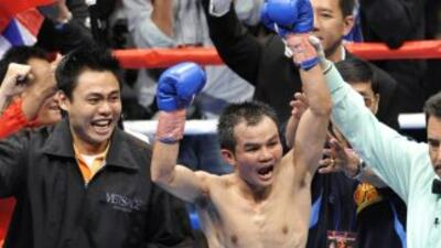 El filipino Pongsaklek Wonjongkam venció a Edgar Sosa.
